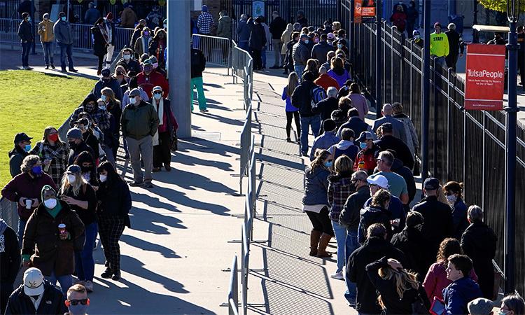 Cử tri Mỹ xếp hàng đi bỏ phiếu sớm tại Tulsa, Oklahoma, ngày 30/10. Ảnh: Reuters.