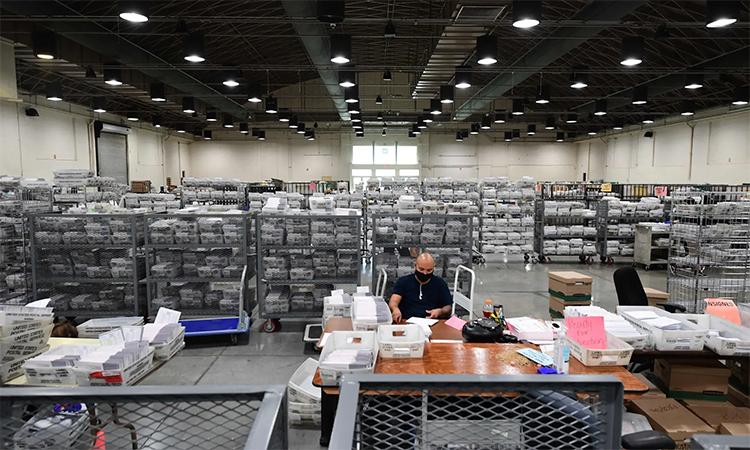 Nhân viên xử lý phiếu bầu qua thư tại trung tâm xử lý ở Pomona, California. Ảnh: AFP.