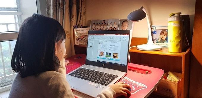 Học sinh cấp tiểu học học online tại nhà. Ảnh: Wells.