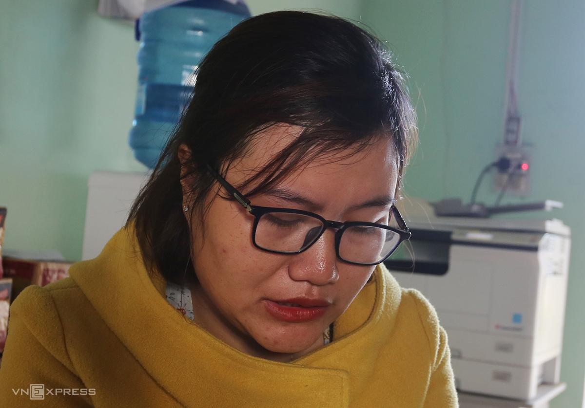 Cô Hồ Thị Thùy Dung khóc khi nói về cả làng mình bị lũ quét cuốn trôi nhà, tài sản. Ảnh: Đắc Thành.