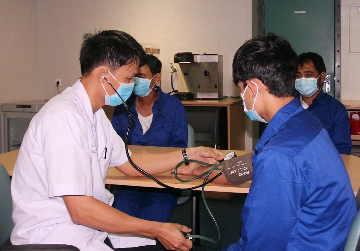Các thuyền viên được kiểm tra sức khỏe, trước khi trở về Bình Định, sáng 3/11. Ảnh: An Phước.