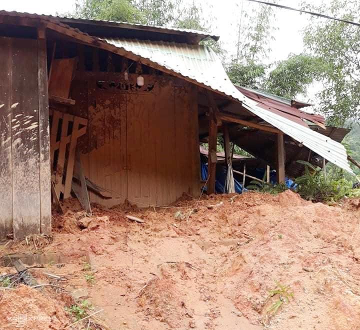 Ngôi nhà của cô Bạch Thị Thu Hà bị đất vùi lấp và hư hỏng mái. Ảnh: NVCC.