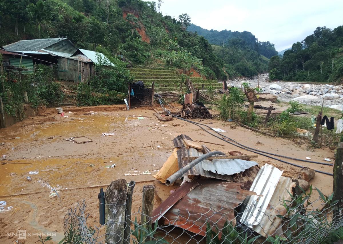 Ngôi nhà của thầy Hồ Văn Thiếu chỉ còn bãi đất trông khi nhờ người tháo bộ khung gỗ còn sót lại sau lũ quét. Ảnh: NVCC.