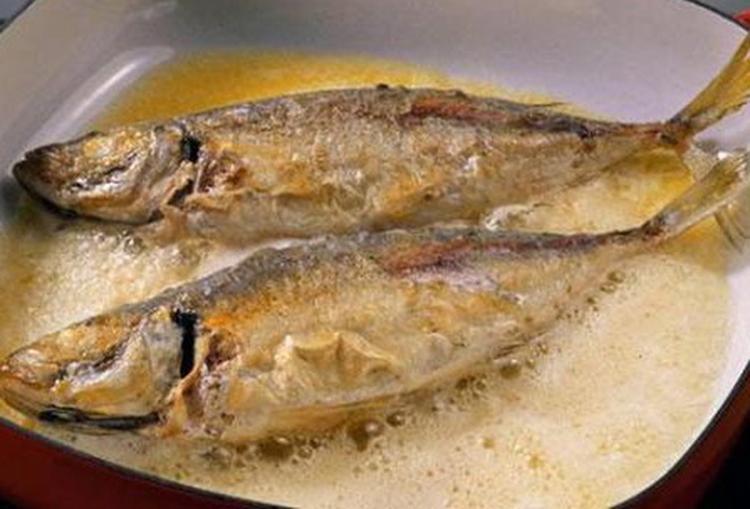 Tại sao cá ướp muối rán không bị sát chảo?