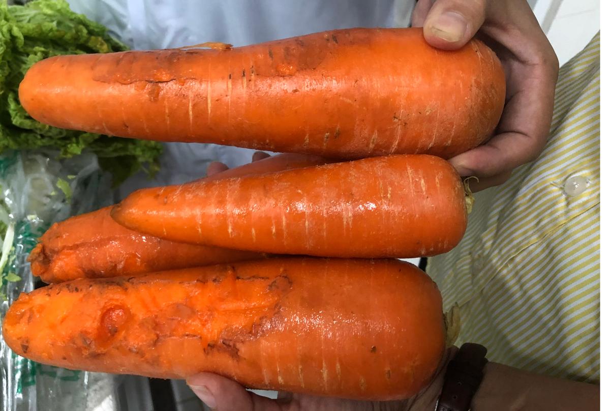 Những củ cà rốt bị thối, dập do phụ huynh chụp sáng 2/11 trong quá trình giám sát bữa ăn bán trú. Ảnh: Phụ huynh cung cấp.