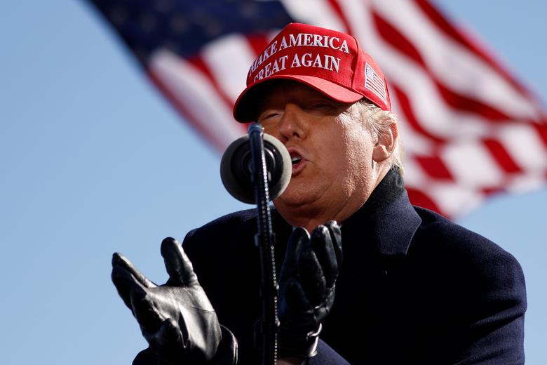 Tổng thống Trump phát biểu tại cuộc vận động ở sân bay Vùng Fayetteville, bang Bắc Carolina, hôm 2/11. Ảnh: Reuters.