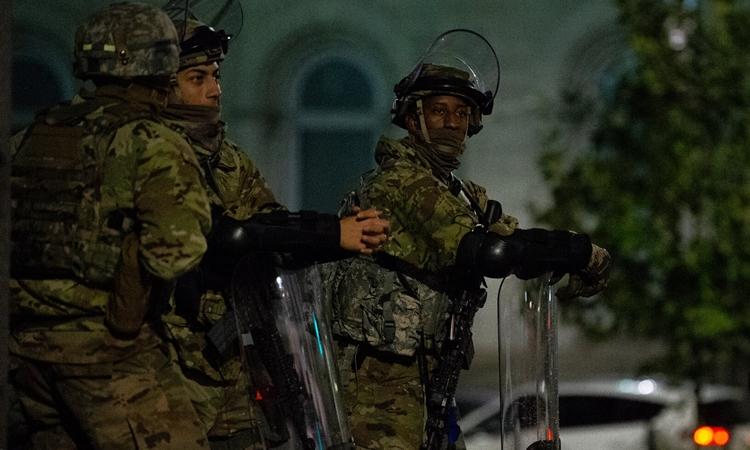 Lực lượng Vệ binh Quốc gia tại Philadelphia, Pennsylvania, hôm 1/11. Ảnh: New York Times.