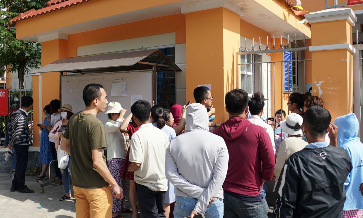 Phụ huynh vây kín cổng trường Tiểu học Trần Thị Bưởi, quận 9, sáng 3/11 đòi đối thoại với ban giám hiệu. Ảnh: Mạnh Tùng.