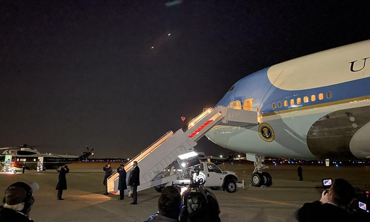 Trump bước xuống từ chuyên cơ Không lực Một sau khi về đến căn cứ không quân Andrews rạng sáng 3/11. Ảnh: Twitter/ZekeMiller.