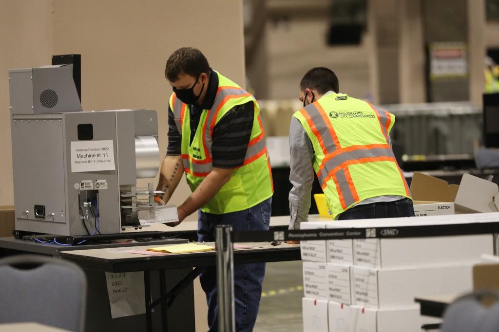 Nhân viên kiểm phiếu ở Pennsylvania ngày 3/11. Ảnh: AFP.