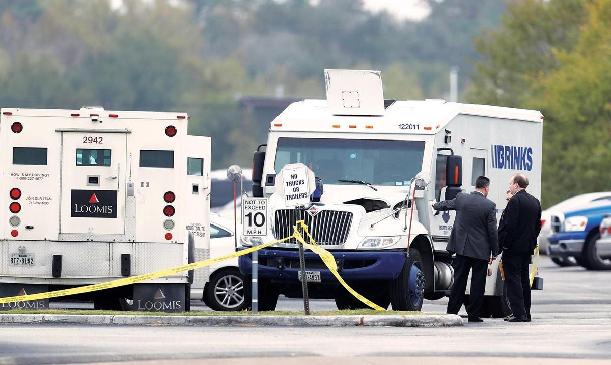 Hiện trường sau vụ cướp hỏng tại ngân hàng Amegy. Ảnh: Houston Chronicle.