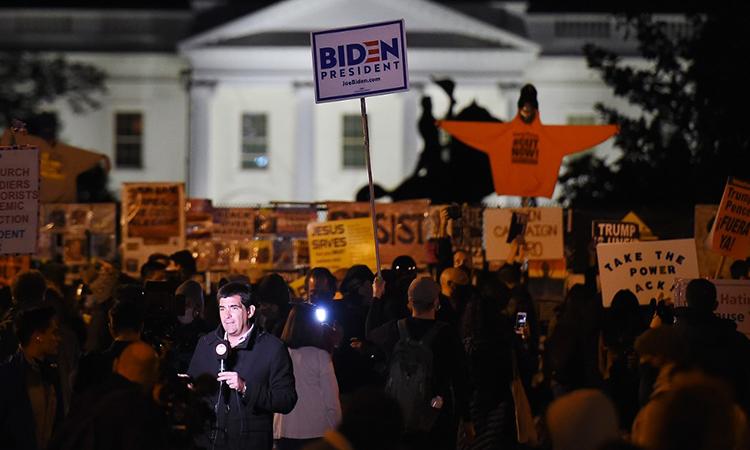 Người ủng hộ ứng viên Dân chủ Joe Biden tập trung trước Nhà Trắng, ngày 3/11. Ảnh: AFP.