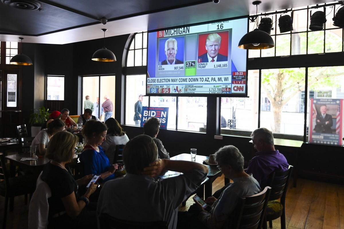 Người Australia theo dõi kết quả bầu cử Mỹ tại Canberra. Australia ngày 4/11. Ảnh: Reuters.