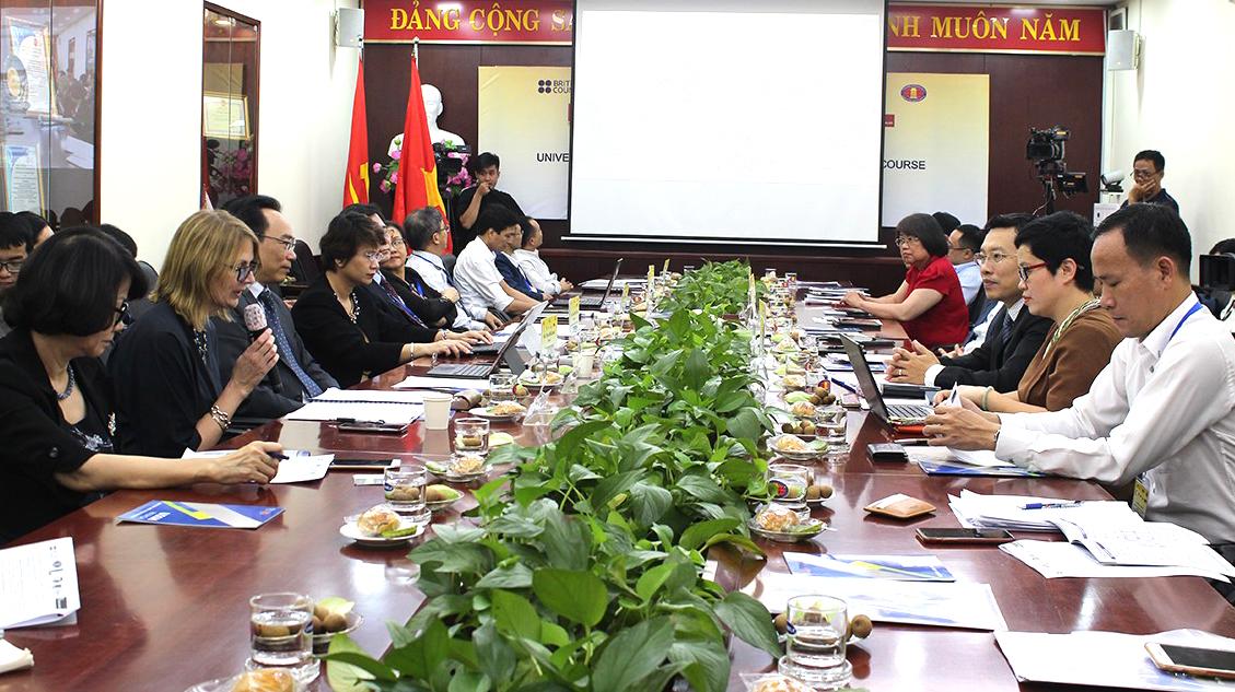 Các trường đại học chia sẻ kinh nghiệm, bài học và những thử thách từ dự án hợp tác giữa Vương quốc Anh và Việt Nam tại hội thảo hôm 23/10. Ảnh: Kim Uyên.