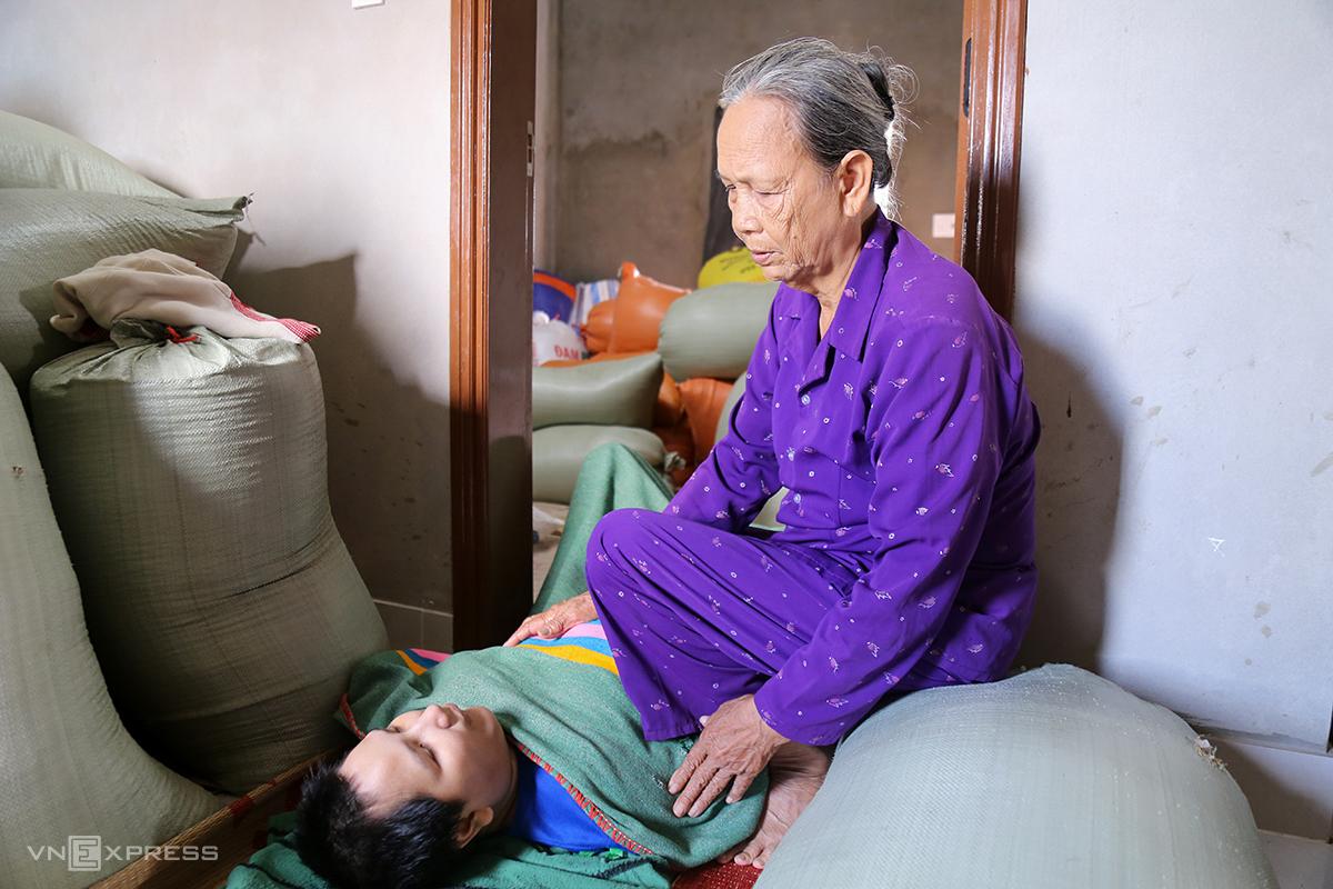 Mẹ con bà Tỏa ở nhờ nhà hàng xóm gần một tháng vì cơn lũ. Ảnh: Hoàng Táo.