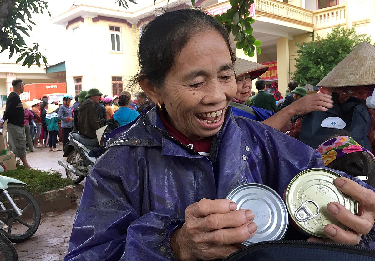 Bà Lan nhận quà của độc giá báo VnExpress. Ảnh: Phan Dương.