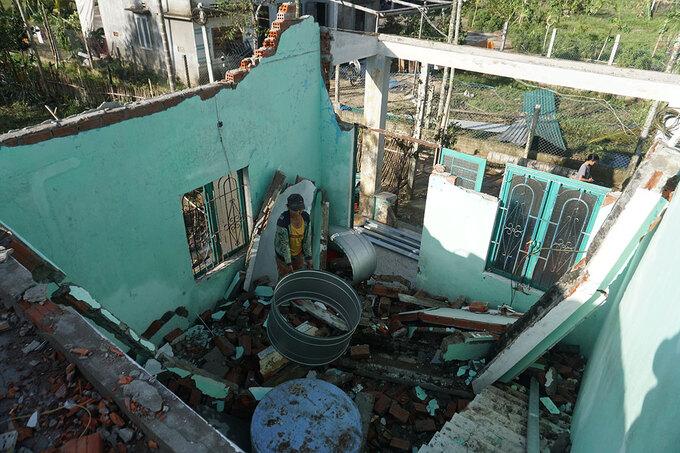 Nhà dân ở Quãng Ngãi hư hỏng sau bão Molave. Ảnh: Phạm Linh