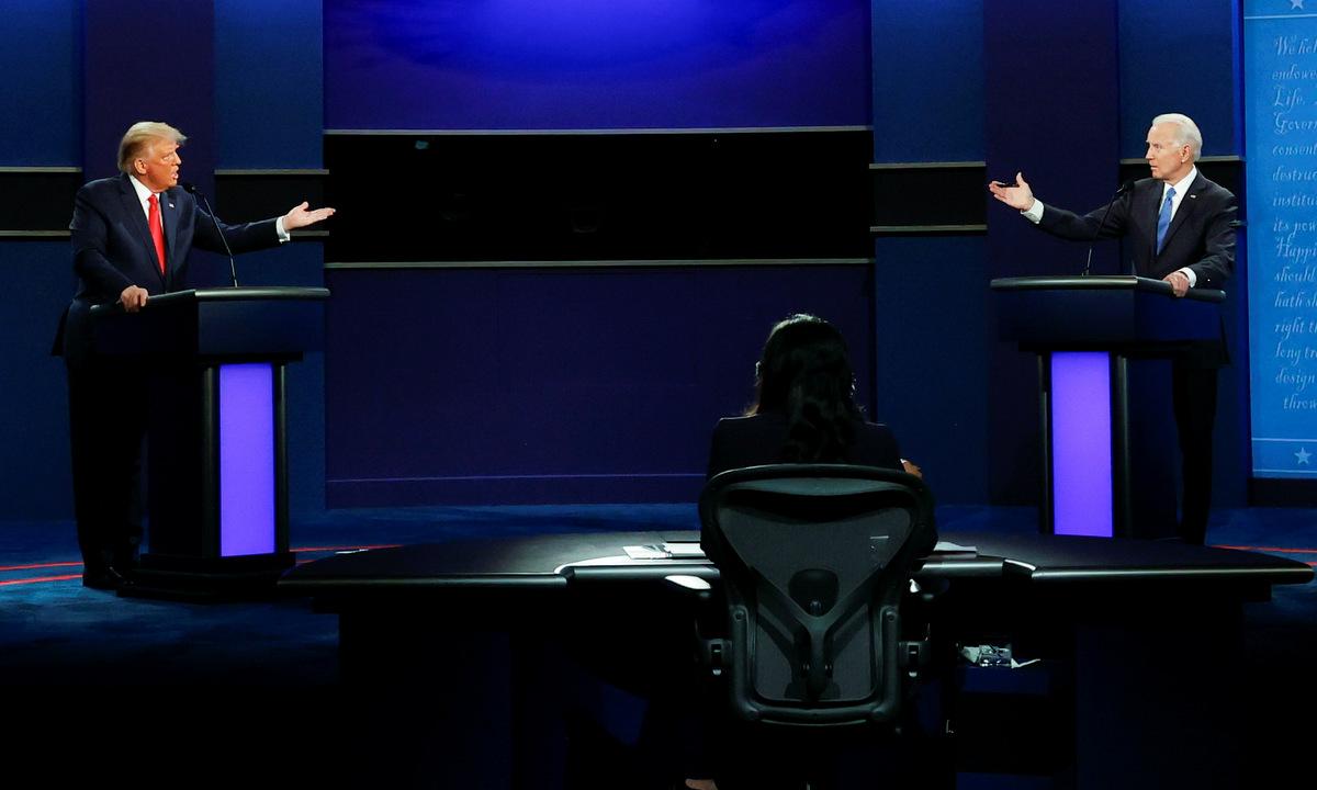 Hai ứng viên đối đáp trong cuộc tranh luận tối 22/10. Ảnh: Reuters.