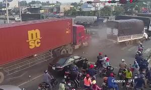 Container tông hàng loạt xe dừng đèn đỏ