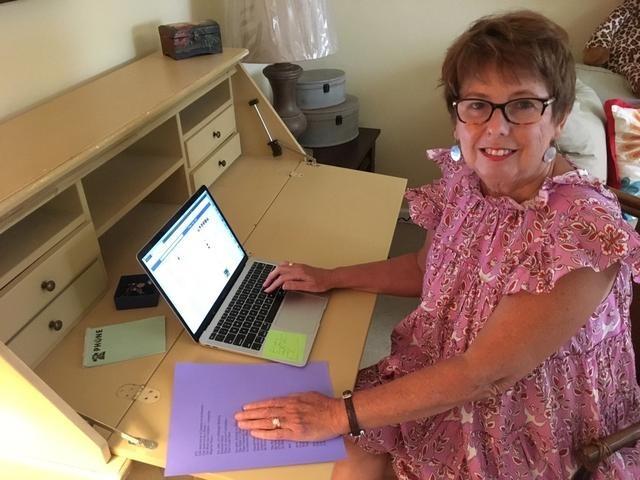 Bà Sylvia Baer, 70 tuổi, trong nhà riêng ở Fort Lauderdale, Florida, hồi tháng 4. Ảnh: Reuters