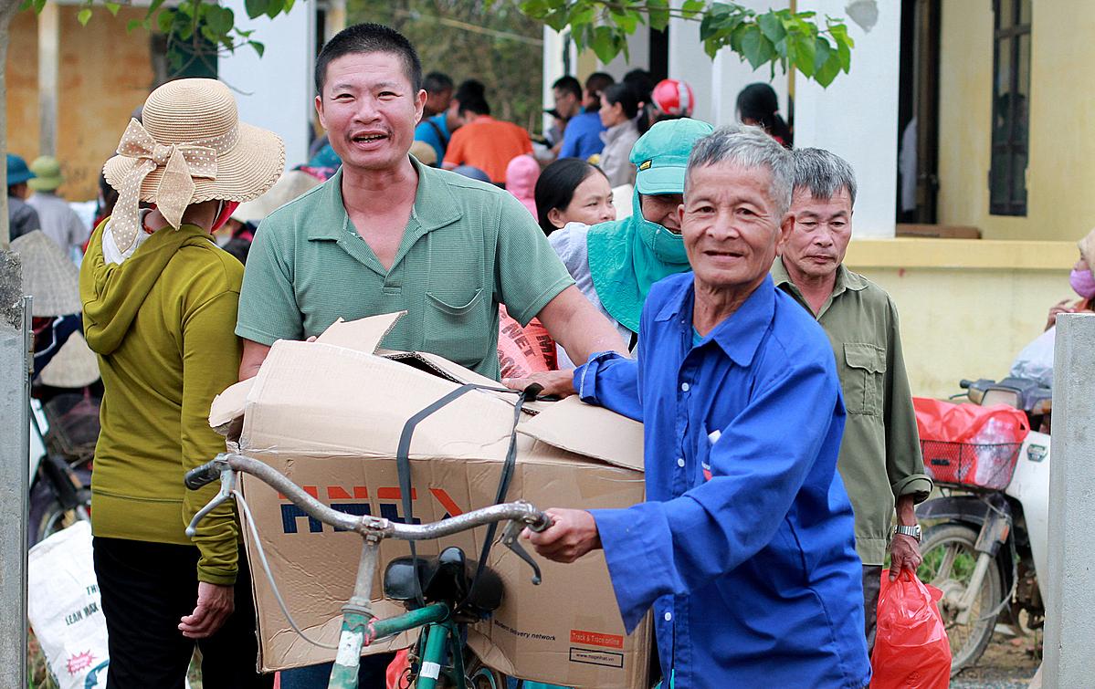 Hộ nghèo ở Quảng Bình nhận quà từ Quỹ Hy vọng. Ảnh: Phan Dương