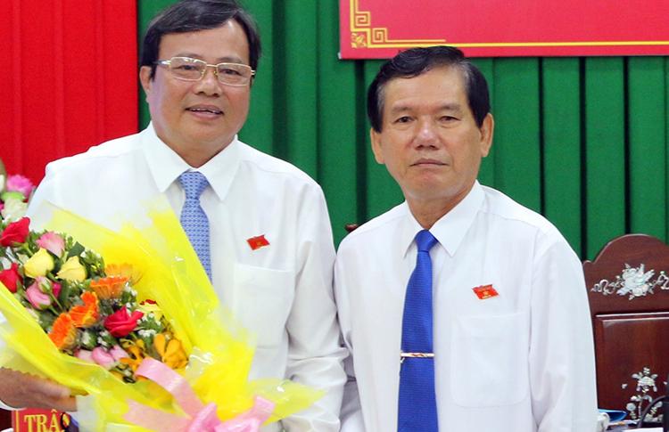 ông Lê Văn Hẳn (bìa trái) nhận hoa chúc mừng ngày 5/11. Ảnh: Hưng Lợi