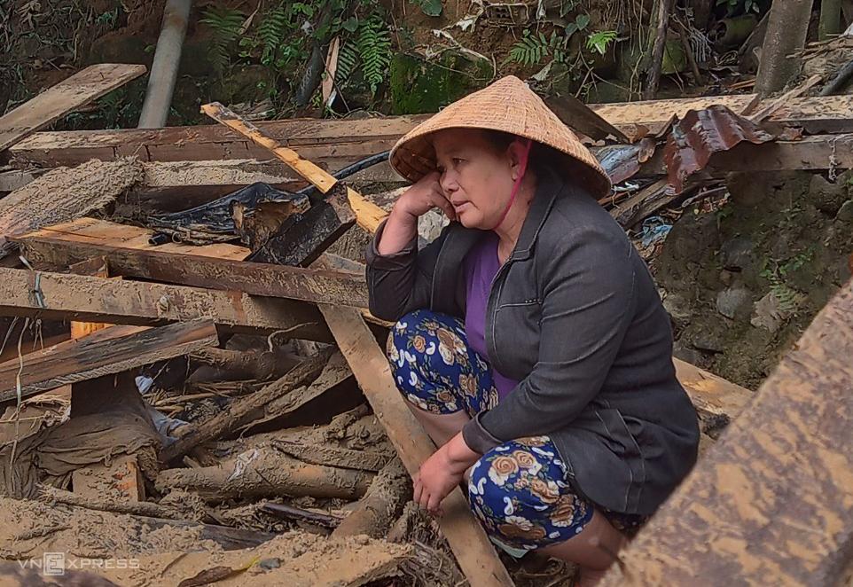 Bà Nguyễn Thị Lệ ngồi bất thần khi mất hết tài sản. Ảnh: Đắc Thành.
