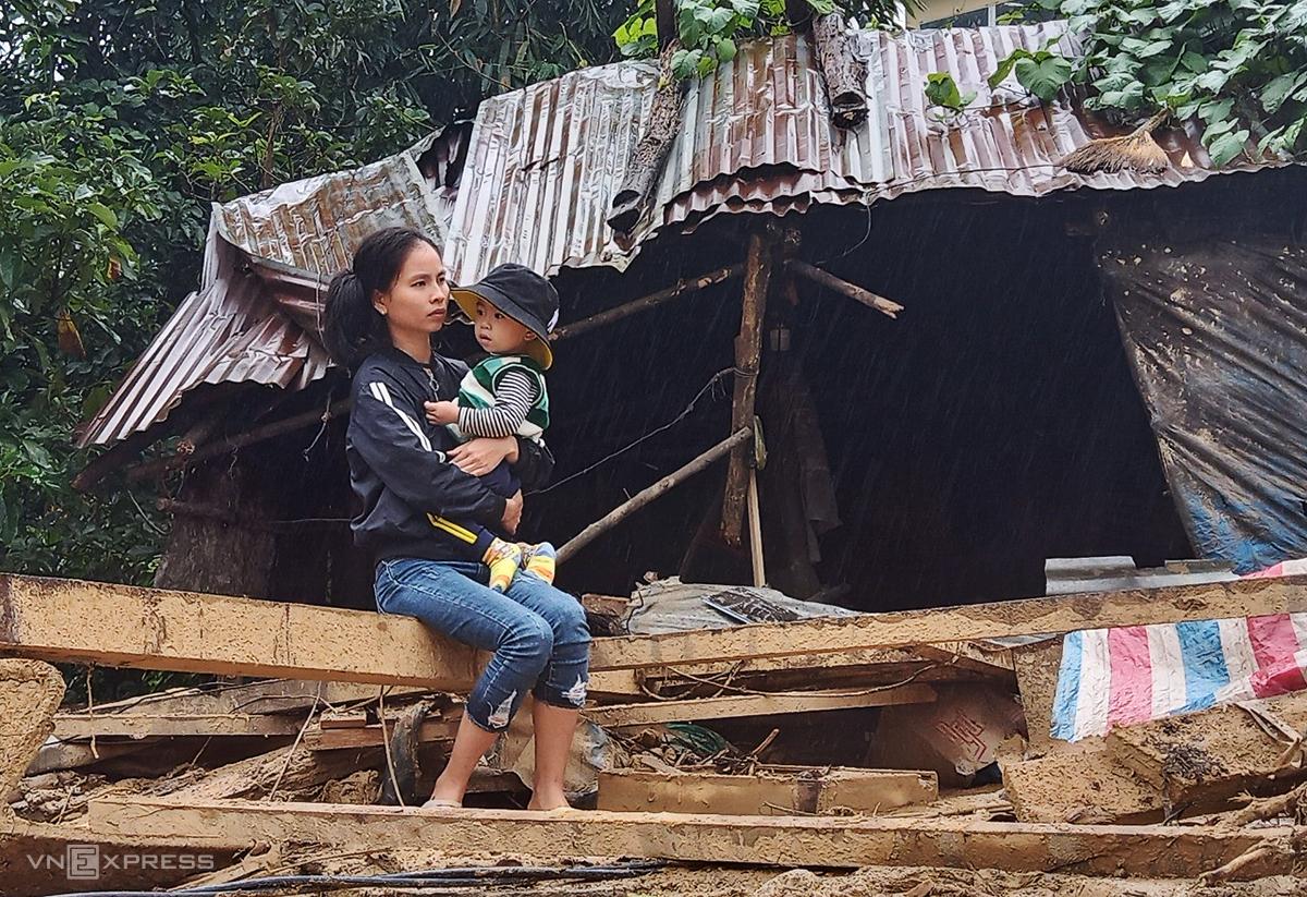 Hai mẹ con chị Nguyễn Thị Minh Vương mất sạch tài sản sau lũ quét chiều 28/10. Ảnh: Đắc Thành.