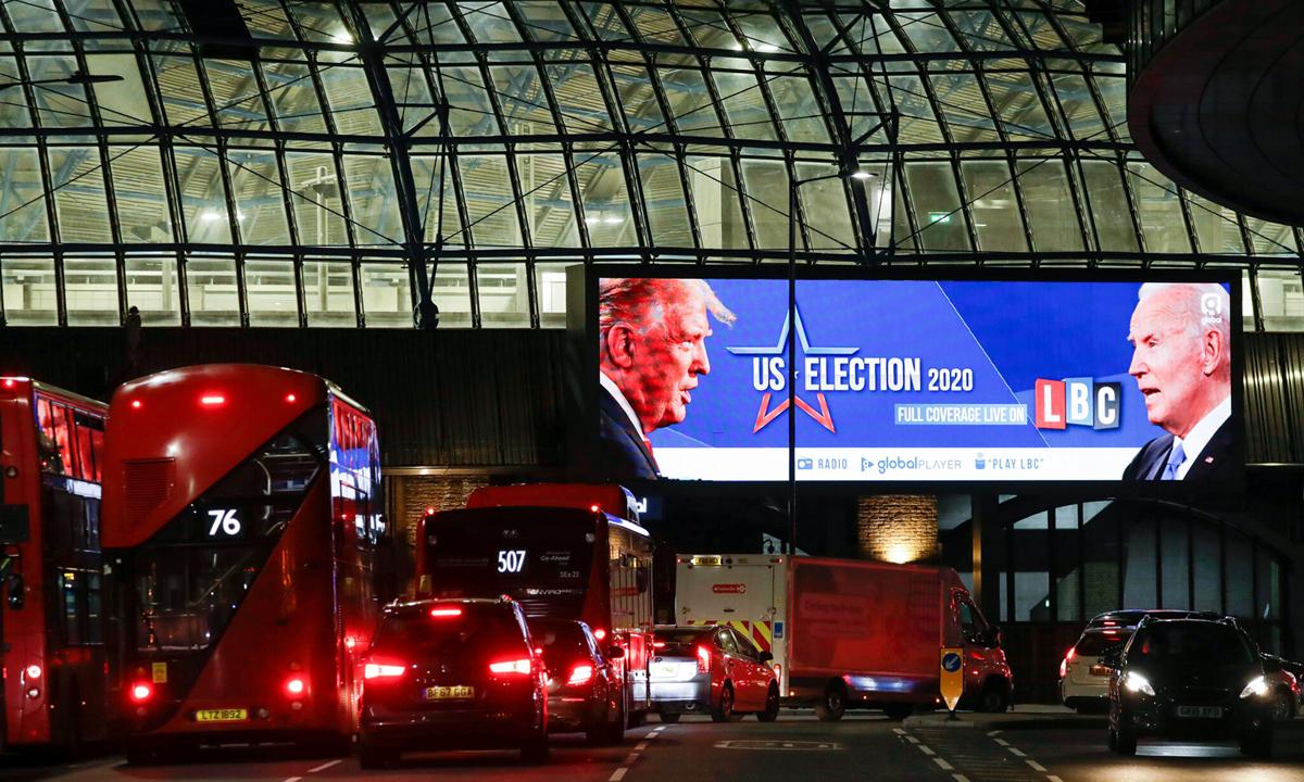 Màn hình quảng cáo ở London, Anh đưa tin về bầu cử Mỹ. Ảnh: AP.