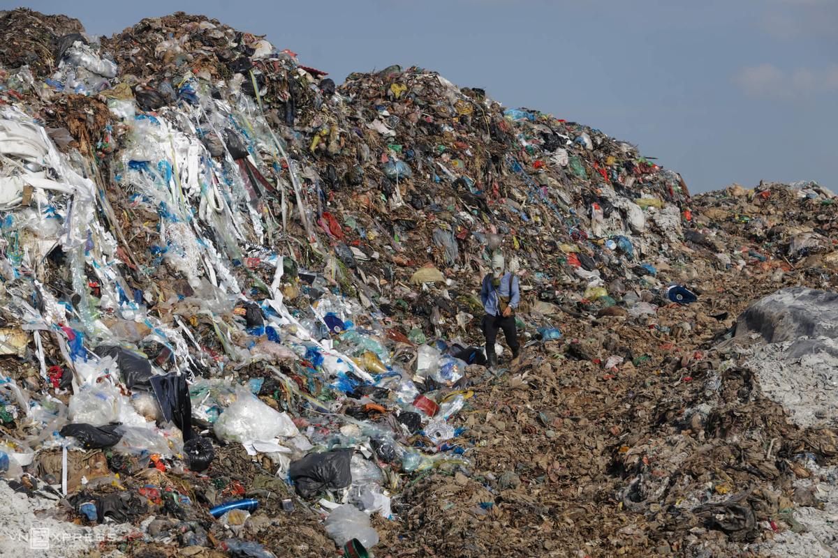Bãi rác Nam Sơn thường xuyên gây mùi hôi, thối làm ảnh hưởng tới cuộc sống người dân. Ảnh chụp cuối tháng 7/2020. Ngọc Thành.
