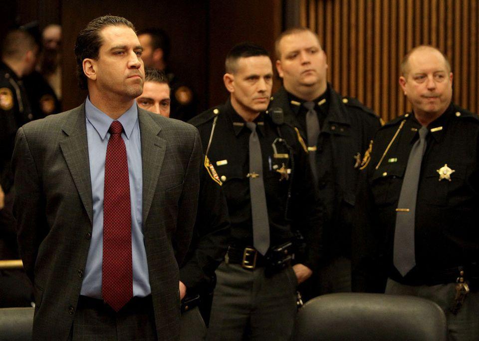 Yazeed Essa (trái) không bộc lộ cảm xúc khi bị kết án. Ảnh: The Plain Dealer.