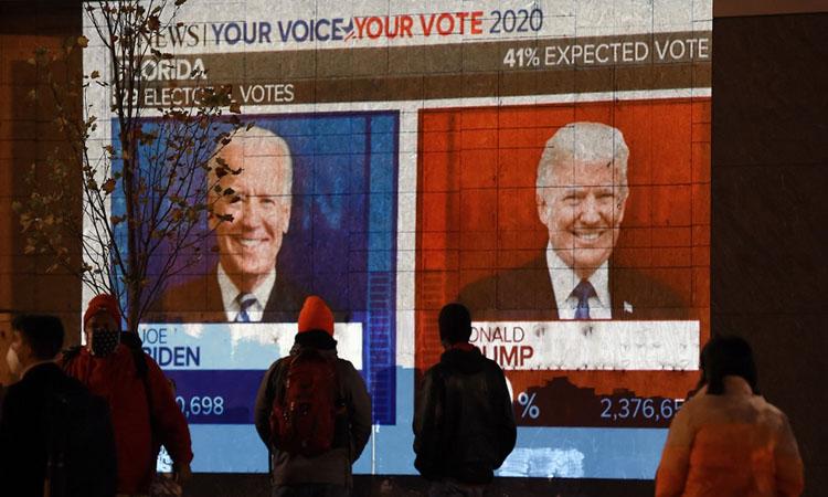 Người dân Mỹ theo dõi màn hình hiển thị kết quả bầu cử tổng thống 2020 tại thủ đô Washington hôm 3/11. Ảnh: AFP.