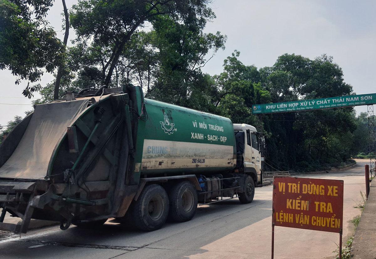 Xe chở rác vào bãi Nam Sơn sáng 5/11. Ảnh: Võ Hải.