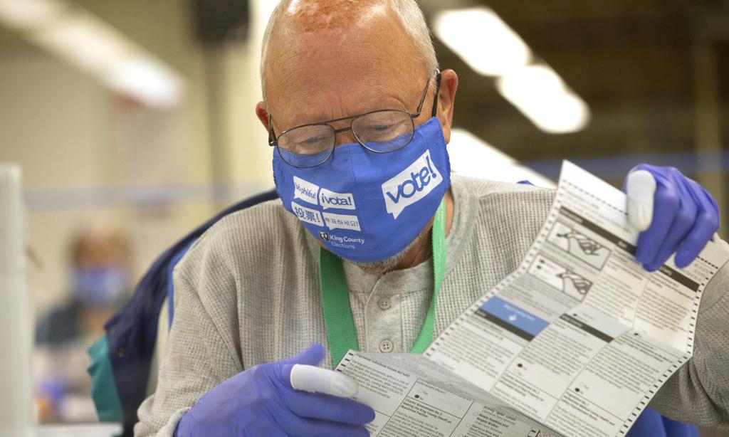 Một nhân viên bầu cử làm việc tại thành phố Renton, bang Washington, Mỹ, hôm 3/11. Ảnh: AFP.
