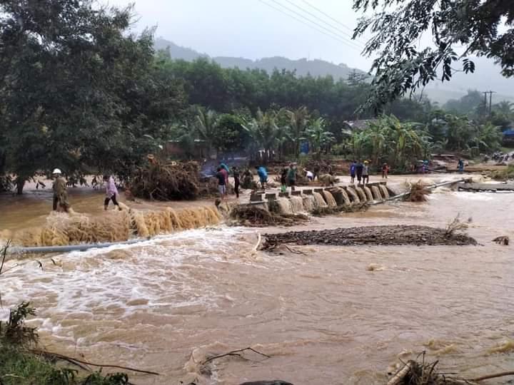 Lũ quét gây chia cắt ở xã Vĩnh Kim, huyện Vĩnh Thạnh, Bình Định, ngày 6/11. Ảnh: Tấn Thành.
