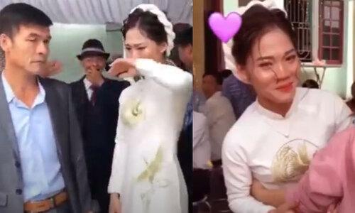 Bạn cô dâu căng biểu ngữ đe dọa chú rể trước đám cưới  - 1