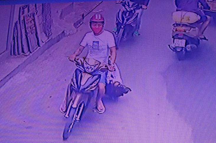 Tên cướp kéo lê cô gái dưới đường. Video: Cảnh sát cung cấp.