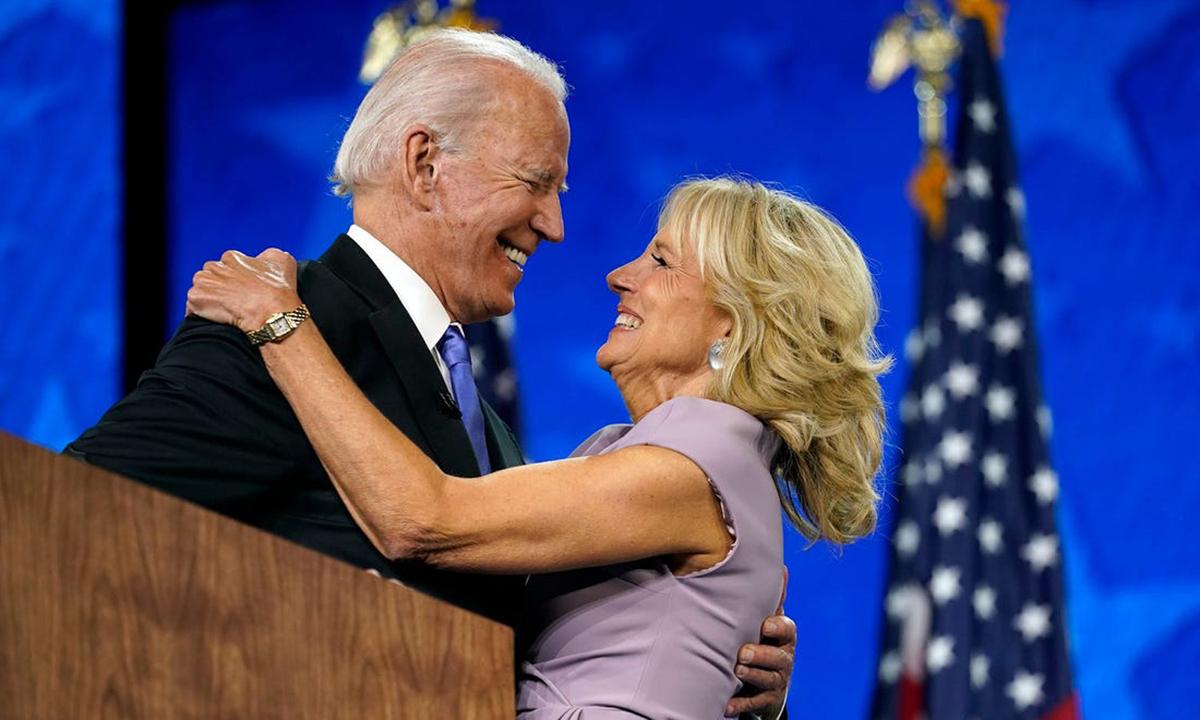 Jill Biden cùng ứng viên Dân chủ Joe Biden tại Đại hội Toàn quốc đảng Cộng hòa hồi tháng 8. Ảnh: AP.