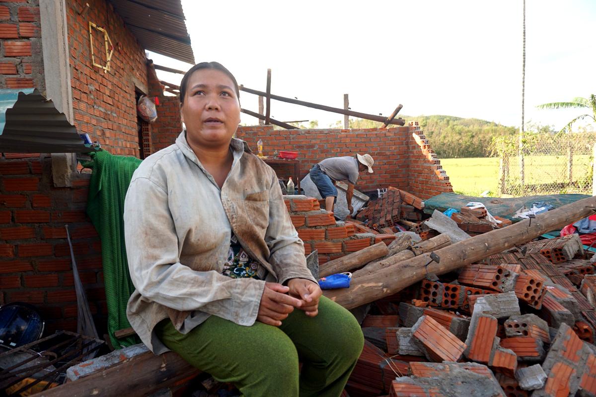 Chị Trương Thị Nhị, 32 tuổi, ở huyện Nghĩa Hành, Quảng Ngãi trong căn nhà sập do mưa bão. Ảnh: Phạm Linh.