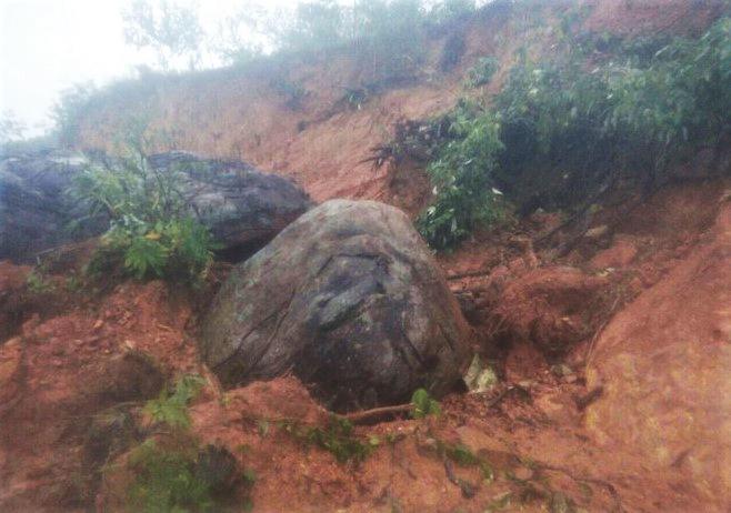 Một điểm sạt lở núi mới ở xã Trà Phong, huyện Trà Bồng, tỉnh Quảng Ngãi sau bão Goni. Ảnh: Công Chí.