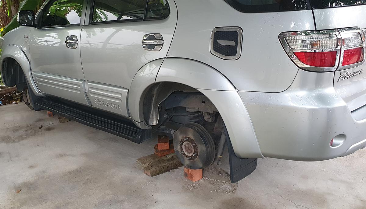 Một xe ôtô bị Kỳ đã tháo bánh. Ảnh: Đức Vũ