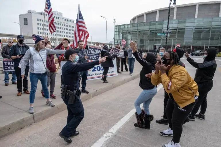 Người ủng hộ Biden cãi cọ với người ủng hộ Trump trong cuộc biểu tình ngoài Trung tâm TCF ở Detroit, Michigan hôm 6/11. Ảnh: AFP.