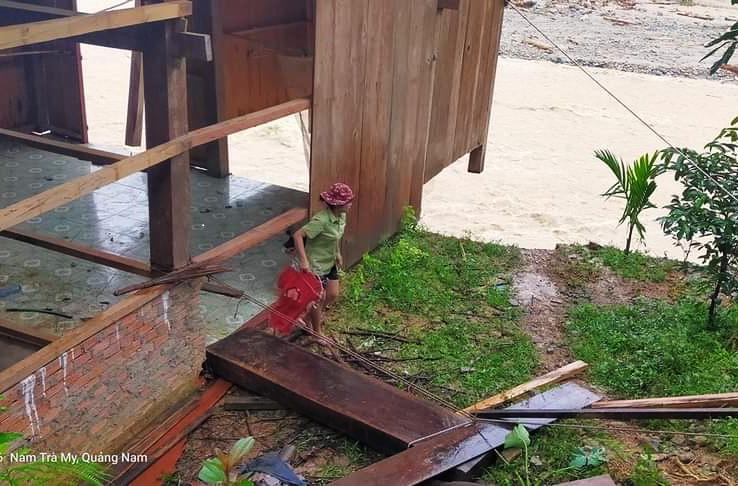 Căn nhà của bà Hải bị sạt lở sau trận lũ quét chiều 6/11. Ảnh: Phi Yến.