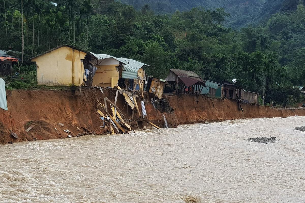Những ngôi nhà của người dân thôn 2 (xã Trà Leng) nằm chênh vênh bên bờ đất sạt lở. Ảnh: Phi Yến.