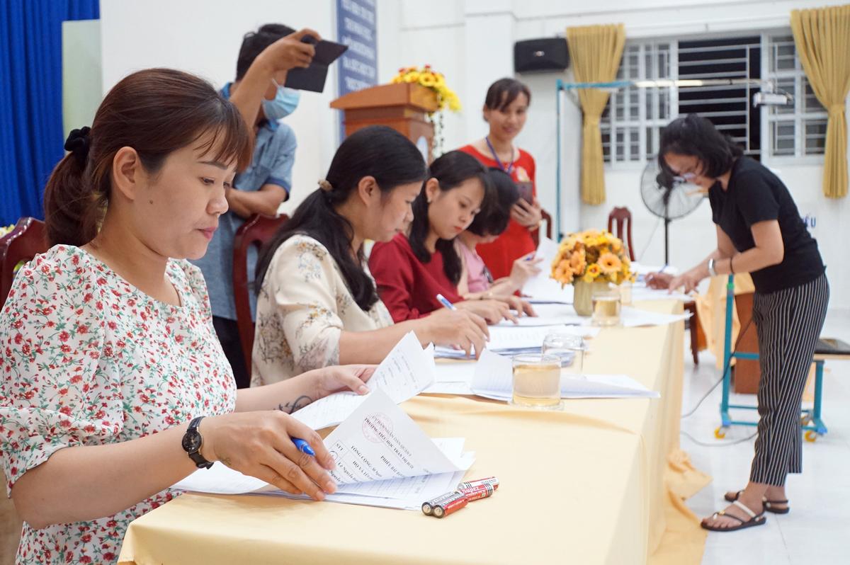 Phụ huynh trường Tiểu học Trần Thị Bưởi kiểm phiếu bầu ban đại diện phụ huynh mới, tối 7/11. Ảnh: Mạnh Tùng.