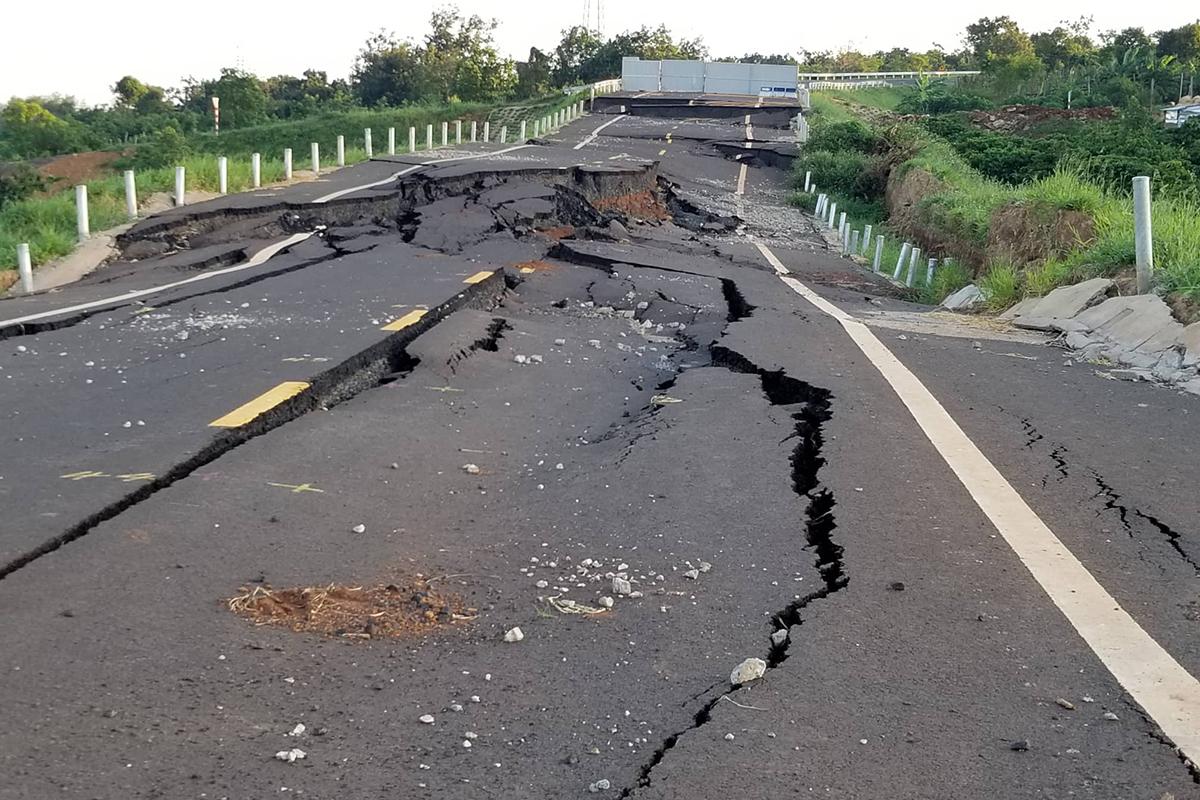 Đoạn đường tránh bị sụt lún sau trận mưa tháng 9/2019. Ảnh: Trần Hoá.