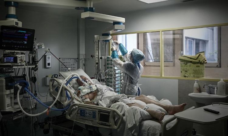 Nhân viên y tế chăm sóc bệnh nhân Covid-19 tại một bệnh viện ở  Libourne, tây nam nước Pháp hôm 6/11. Ảnh: AFP.
