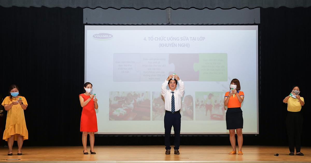 Bác sĩ Nguyễn Vũ Linh cùng các giáo viên tại các trường thực hành gấp vỏ hộp sữa trong lớp tập huấn ngày 6/11. Ảnh: Quỳnh Trần.