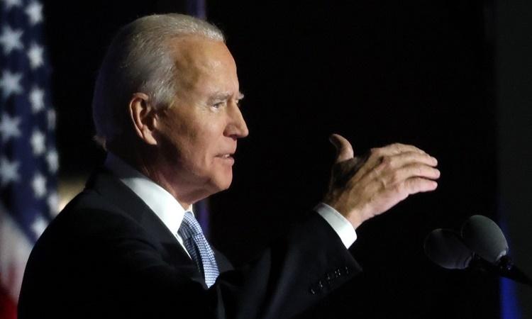 Joe Biden trên sân khấu tuyên bố chiến thắng bầu cử Mỹ tại Wilmington, Delaware, ngày 7/11. Ảnh: AFP.