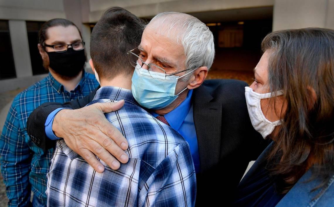 Ra khỏi phòng xử án, Olin Coones (giữa) bước vào vòng tay của vợ con. Ảnh: Kansas City Star.
